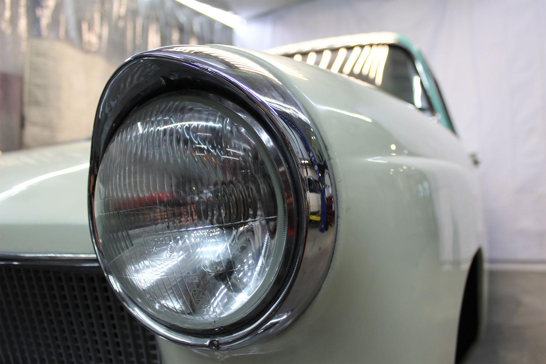 Monkey_racing_1961_austin_cambridge_2